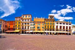 Quadrato del reggiseno della piazza nella vista variopinta di Verona Fotografie Stock Libere da Diritti