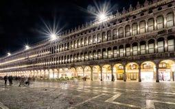 Quadrato del ` s di St Mark alla notte a Venezia Immagine Stock Libera da Diritti