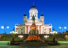 Quadrato del senato alla notte a Helsinki, Finlandia fotografia stock