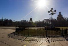 Quadrato del senato, monumento bronzeo del cavallerizzo e cattedrale della st Isaac, sole luminoso e bello shadowsSaint Pietrobur immagine stock libera da diritti