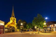 Quadrato del villaggio in Zoeterwoude-dorp durante il crepuscolo Una cittadina dentro Fotografie Stock Libere da Diritti