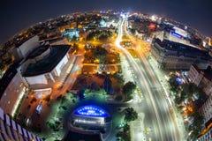 Quadrato dell'università, vista dall'hotel intercontinentale, paesaggio urbano di Bucarest, Romania di notte fotografia stock libera da diritti