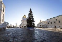 Quadrato della cattedrale con l'albero di Natale del nuovo anno, dentro del Cremlino di Mosca, la Russia Fotografie Stock Libere da Diritti