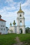 Quadrato della cattedrale e campanile antico in Kargopol Fotografia Stock
