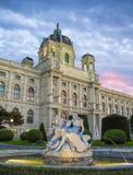 Quadrato della Maria Theresa a Vienna Museo di storia naturale a Vienna Art History Museum a Vienna e la fontana fotografia stock