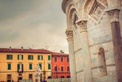 Quadrato della torre pendente di Pisa con le case variopinte Fotografia Stock Libera da Diritti