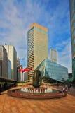 Quadrato dentro in città con la fontana Immagini Stock