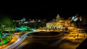 Quadrato di città alla notte immagine stock