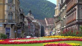 Quadrato di città di Brasov, fiori, costruzioni archivi video