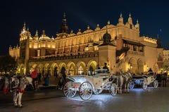 Quadrato di città di notte a Cracovia Fotografia Stock Libera da Diritti