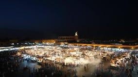 Quadrato di EL-Fnaa di Jemaa a di mercato e di notte a Marrakesh archivi video