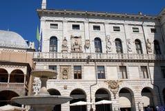 Quadrato di Erbe illuminato dal sole e sotto il cielo blu, nel centro di Padova nel Veneto (Italia) Fotografie Stock Libere da Diritti