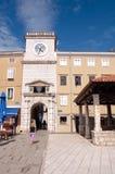 Quadrato di Frane Petrica e torre di orologio in Cres Immagini Stock
