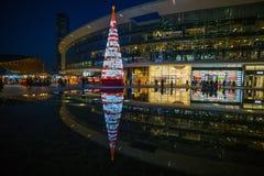Quadrato di Gael Aulenti di notte a tempo di Natale nella regione moderna di Milano vicino alla stazione ferroviaria di Garibaldi fotografie stock libere da diritti