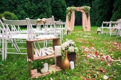 Quadrato di legno e decorazioni floreali delle rose fotografia stock libera da diritti