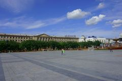 Quadrato di Lenin, Chabarovsk Costruzione dell'università medica sul backgro fotografia stock