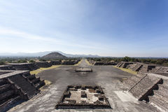 Quadrato di Luna della La del de della plaza e la piramide del Sun Piramide del Sol in Teotihuacan, Messico Immagini Stock