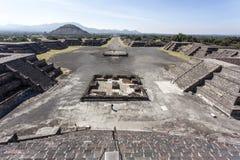 Quadrato di Luna della La del de della plaza e la piramide del Sun Piramide del Sol in Teotihuacan, Messico Immagine Stock