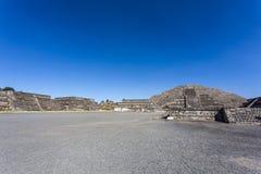 Quadrato di Luna della La del de della plaza e la piramide della La Luna di Piramide de della luna in Teotihuacan, Messico Fotografie Stock Libere da Diritti