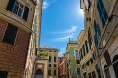 Quadrato di Meridiana di della piazza con le costruzioni tradizionali tipiche multicolori fotografie stock libere da diritti