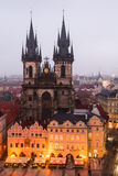 Quadrato di Mesto di sguardo fisso a Praga con la chiesa di Tyn. Fotografie Stock