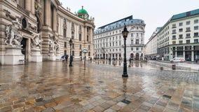 Quadrato di Michaelerplatz a Vienna in pioggia Fotografia Stock Libera da Diritti