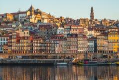 Quadrato di Ribeira a Oporto dal fiume del Duero, Portogallo fotografie stock libere da diritti