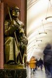 Quadrato di rivoluzione della stazione della metropolitana di Mosca Scultura bronzea del soldato sovietico con il cane Fotografia Stock Libera da Diritti