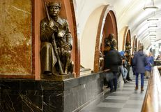 Quadrato di rivoluzione della stazione della metropolitana di Mosca Scultura bronzea del soldato sovietico con il cane Immagine Stock Libera da Diritti