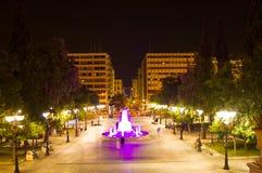Quadrato di sintagma alla notte, a Atene, la Grecia fotografia stock
