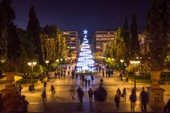 Quadrato di sintagma con l'albero di Natale alla notte fotografia stock