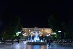 Quadrato di sintagma con la costruzione del Parlamento nei precedenti contenuti la sera È uno dei ladmarks principali di Atene Fotografie Stock