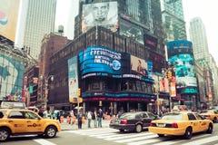 Quadrato di tempo con il taxi giallo, New York immagine stock libera da diritti