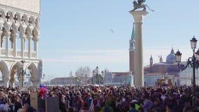 Quadrato di Venezia, Italia St Mark con la folla prima del palazzo dei doge durante il carnevale stock footage