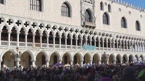 Quadrato di Venezia, Italia St Mark con la folla prima del palazzo dei doge durante il carnevale archivi video