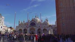 Quadrato di Venezia, Italia St Mark con la folla prima della basilica durante il carnevale video d archivio
