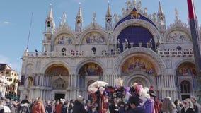 Quadrato di Venezia, Italia St Mark con la folla prima della basilica durante il carnevale archivi video