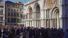 Quadrato di Venezia, Italia St Mark con la folla prima della basilica durante il carnevale stock footage