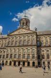 Quadrato e la gente nella parte anteriore Royal Palace di Amsterdam fotografia stock