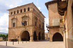 Quadrato e municipio del villaggio di Arnes, Terra Alta, Tarrag Fotografia Stock Libera da Diritti