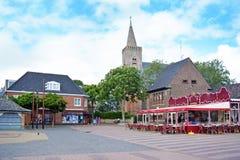 Quadrato nel centro urbano con i negozi e la chiesa immagine stock libera da diritti