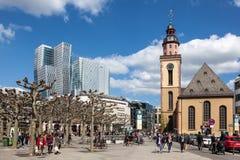 Quadrato nella città della conduttura di Francoforte Immagini Stock Libere da Diritti