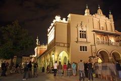 Quadrato principale di Cracovia (Polonia) alla notte Fotografia Stock