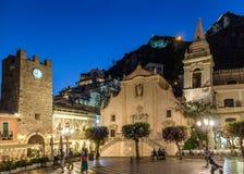 Quadrato principale di Taormina con San Giuseppe Church e la torre di orologio alla notte - Taormina, Sicilia, Italia Fotografie Stock Libere da Diritti