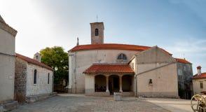 Quadrato principale e chiesa a Beli nell'isola di Cres Fotografia Stock