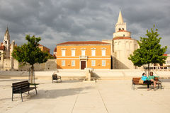 Quadrato principale e chiesa della st Donat Zadar La Croazia immagini stock libere da diritti