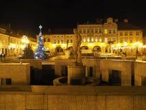 Quadrato principale nel centro urbano storico di Bielsko-Biala, Polonia con le vecchie costruzioni, albero di Natale, lampade di  Immagini Stock Libere da Diritti