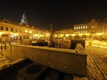 Quadrato principale nel centro urbano storico di Bielsko-Biala in Polonia con le vecchie costruzioni, lampade di via alla sera Fotografia Stock Libera da Diritti