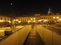 Quadrato principale nel centro urbano storico di Bielsko-Biala in Polonia con le vecchie costruzioni, lampade di via alla sera Immagine Stock