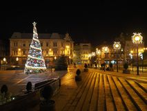Quadrato principale nel centro urbano storico di Bielsko-Biala, Polonia con le vecchie costruzioni, lampade di via dell'albero di Fotografie Stock